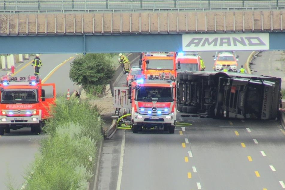 Unfall A46: Gefahrgut-Laster kippt auf die Seite: Vollsperrung