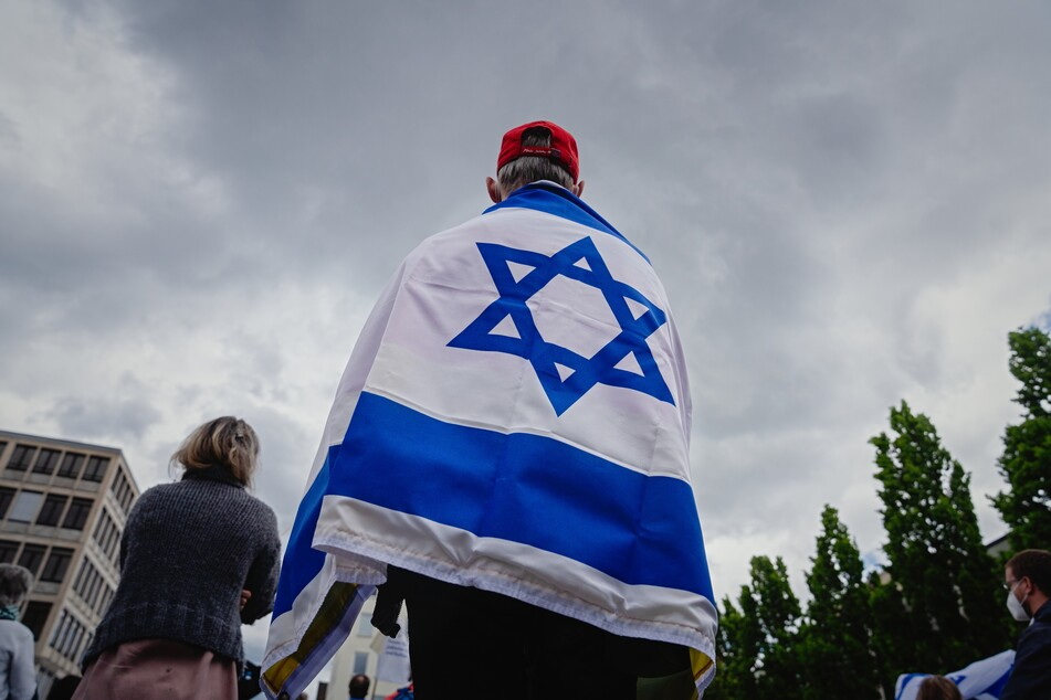 """Ein Teilnehmer der Kundgebung """"Nein zu Judenhass"""". Antisemitisch oder rassistisch motivierte Straftaten sollen in Zukunft zum Ausschluss der Einbürgerung führen."""