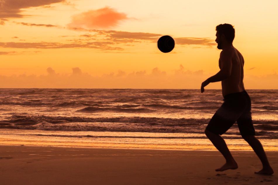 Ein Fußballer am Strand. (Symbolbild)