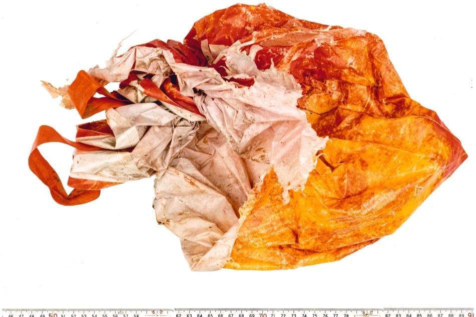 Am Fundort der Babyleiche wurde auch ein etwa 40 Zentimeter großer, rot/orangefarbener Plastikbeutel gefunden.