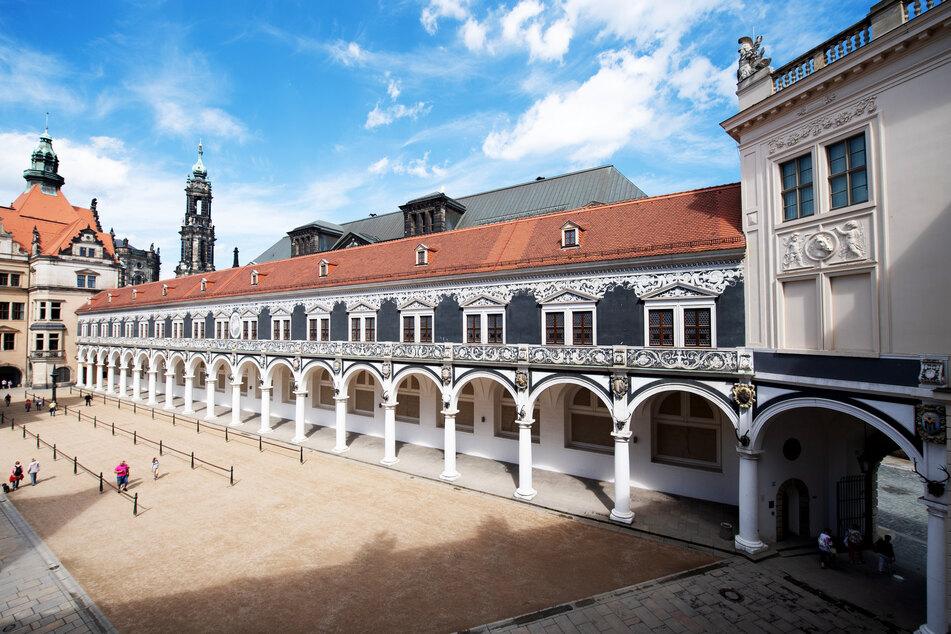 Nur wenige Touristen erkunden den Langen Gang, eine Verbindung vom Georgenbau mit den fürstlichen Wohnräumen zum damaligen Reitstall, im Stallhof vor der Katholischen Hofkirche.