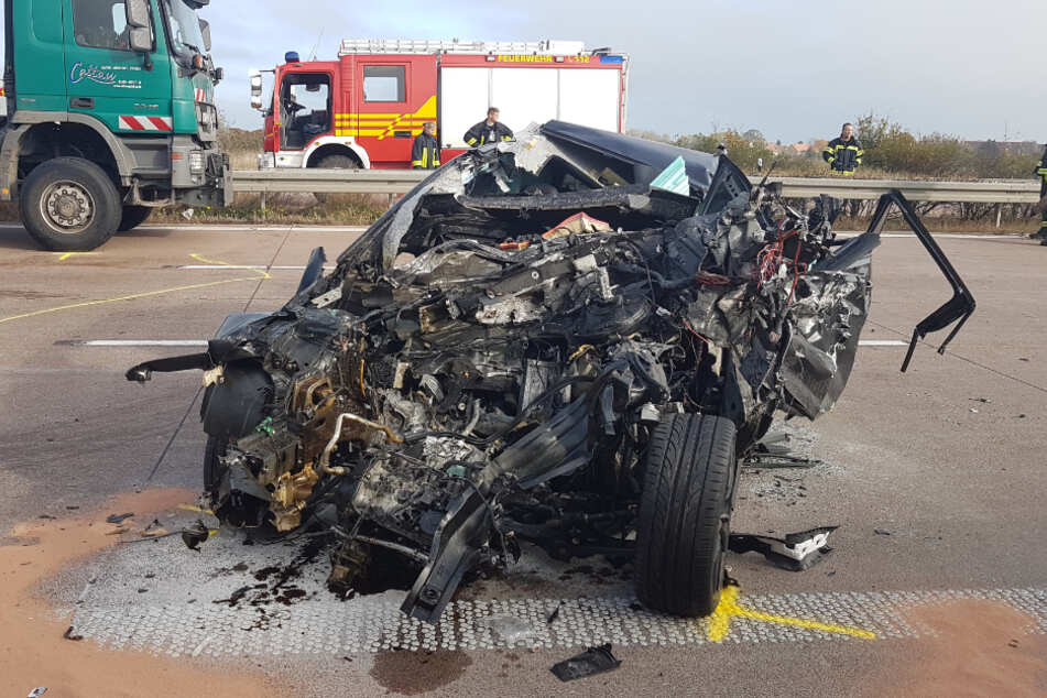 Das Auto des 30-jährigen Unfallfahrers, der von der Feuerwehr befreit werden musste, wurde komplett zerstört.