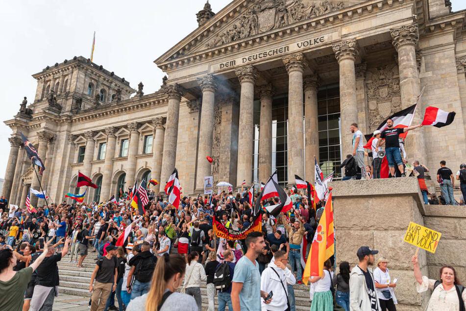 Mehrere hundert Menschen überrannten während einer Anti-Corona-Demo am 29. August 2020 Absperrgitter und stürmten die Stufen des Reichstags.