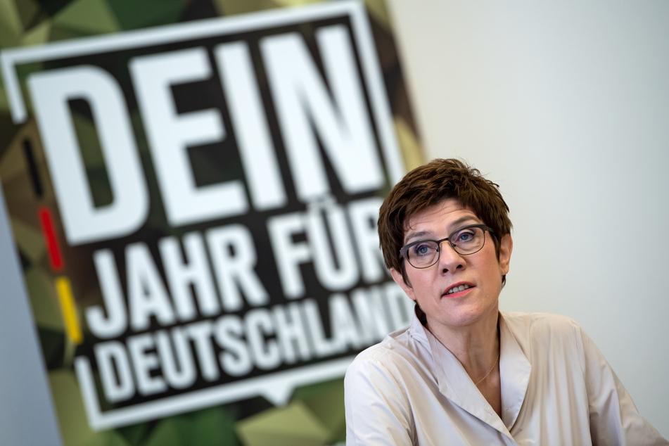 Annegret Kramp-Karrenbauer (CDU), Verteidigungsministerin, stellt bei einer Pressekonferenz im Bundesministerium der Verteidigung das Konzept für den neuen Freiwilligen Wehrdienst Heimatschutz vor.