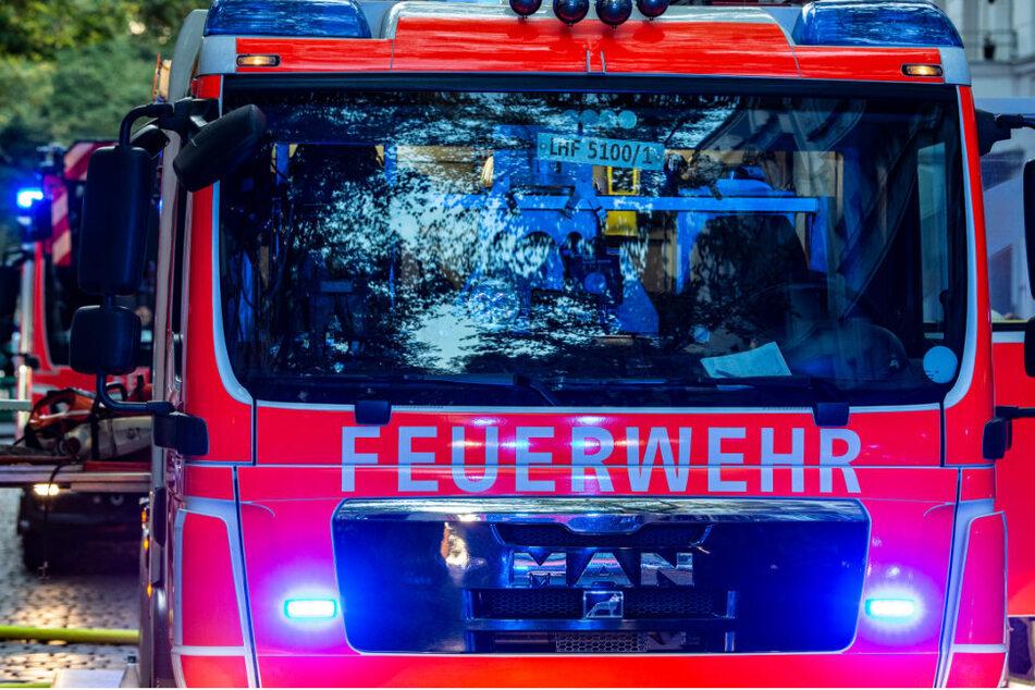 Einsatzfahrzeuge stehen in einer Straße in Berlin. (Symbolbild)