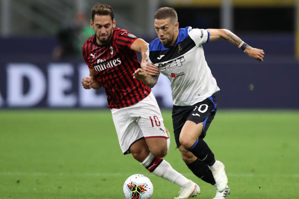 Papu Gomez (32, r.) im Zweikampf mit Milan-Star Hakan Calhanoglu.