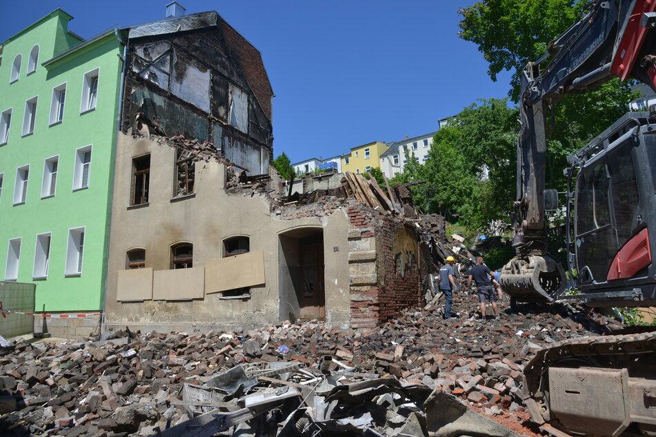 Nachdem ein Rentner-Ehepaar (beide 75) in diesem Haus in der Reichenbacher Fritz-Ebert-Straße verbrannte, musste das Gebäude abgerissen werden. Es drohte umzukippen.