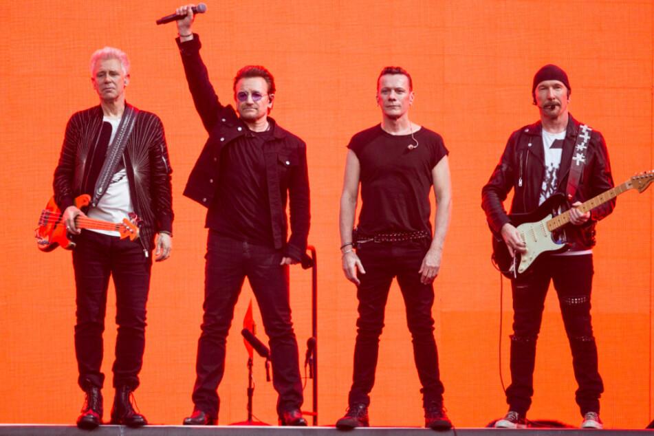 Sänger Bono (2.v.l.), Gitarrist The Edge (r.), Adam Clayton (l.) und Larry Mullan Jr. geben mit ihrer Band U2 ein Konzert.