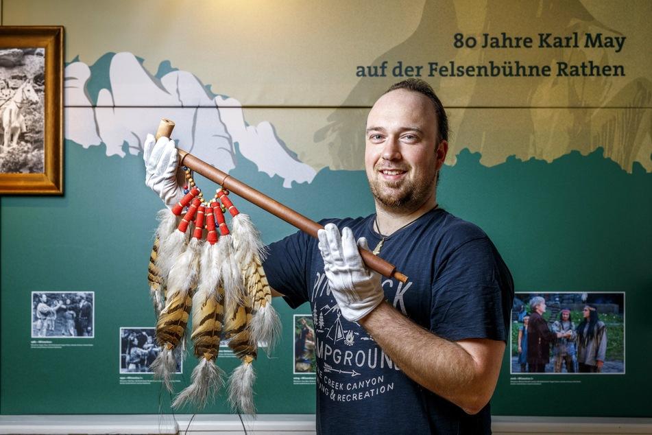 Mit Friedenspfeife: Der bisherige Kustos Robin Leipold (32) wird neuer fachlicher Museumsleiter.