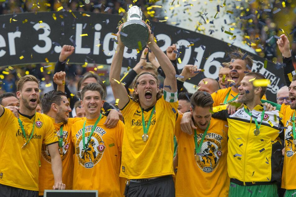 Die Meisterfeier der Saison 2015/16: Michael Hefele (damals 25, M.) hielt als Dynamo-Kapitän den Meisterpokal der 3. Liga in den Händen, die SGD hatte den Aufstieg geschafft! (Archivbild)