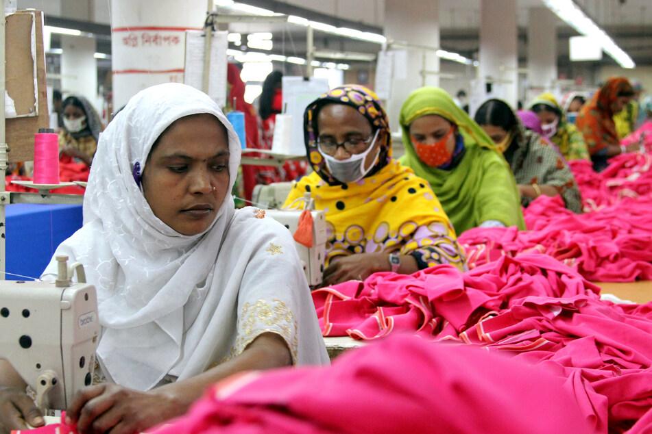 """Näherinnen arbeiten in der Textilfabrik """"One Composite Mills"""" in Gazipur, einem Vorort der Hauptstadt von Bangladesch, Dhaka."""