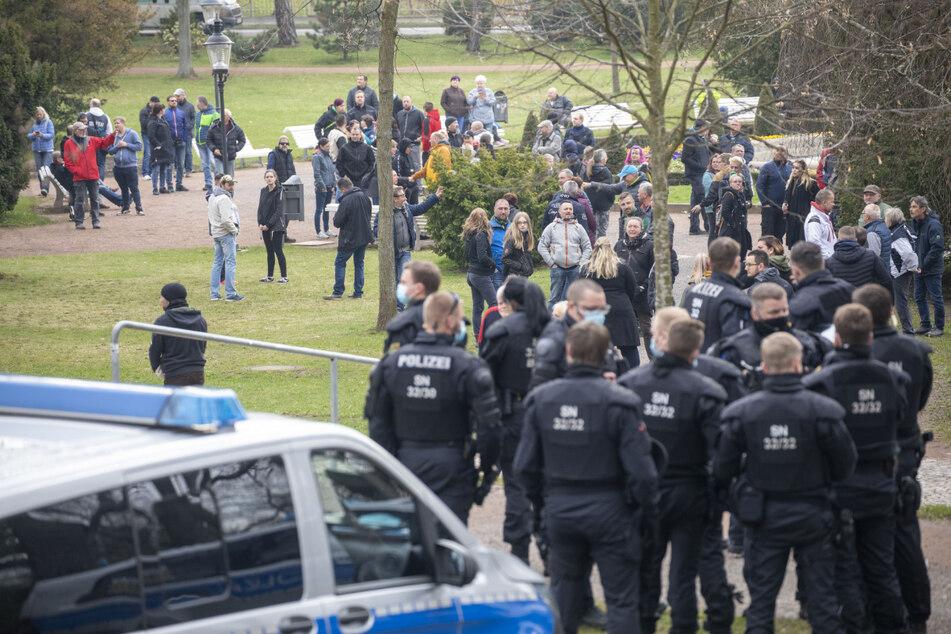 Rund um den Freiberger Albertpark kam es erneut zu einem Katz- und Mausspiel zwischen Polizei und Demonstranten.