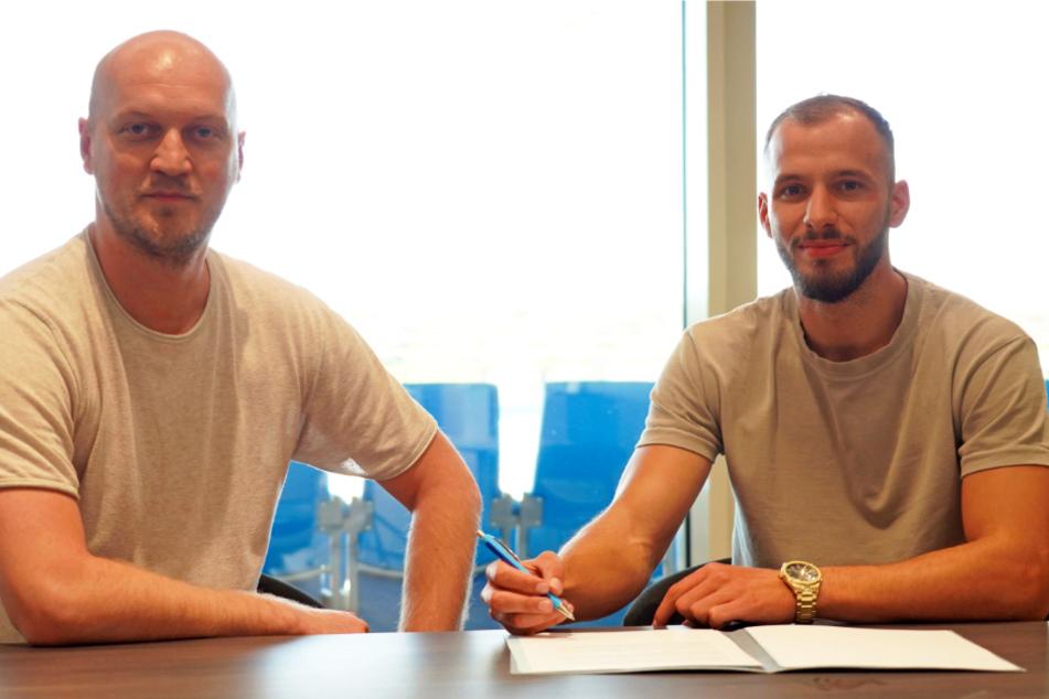 Ganz frisch: Sportdirektor Armin Causevic (l.) begrüßte gestern Rechtsverteidiger Adis Omerbasic bei den Himmelblauen.