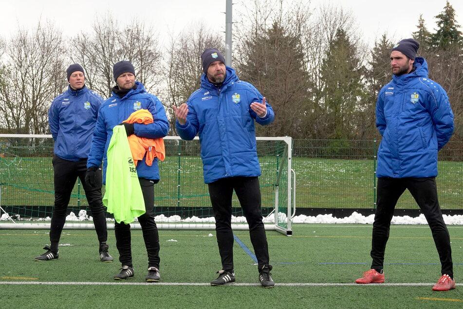 Niklas Hoheneder (r.) gehört jetzt zum Trainerteam um Chef Daniel Berlinski (2.v.l.), Torwarttainer Marcel Höttecke (33, l.) und Co Christian Tiffert (39).