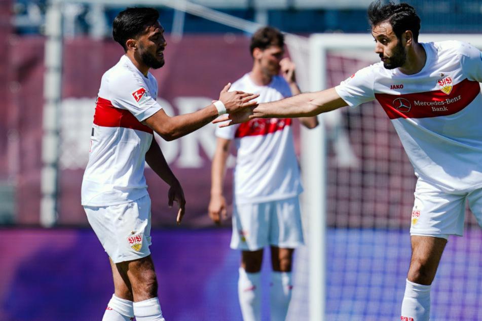 Stuttgarts Torschütze Nicolas Gonzalez (links) jubelt mit Stuttgarts Hamadi Al Ghaddioui über das Tor zum 1:1 gegen den SV Wehen Wiesbaden.