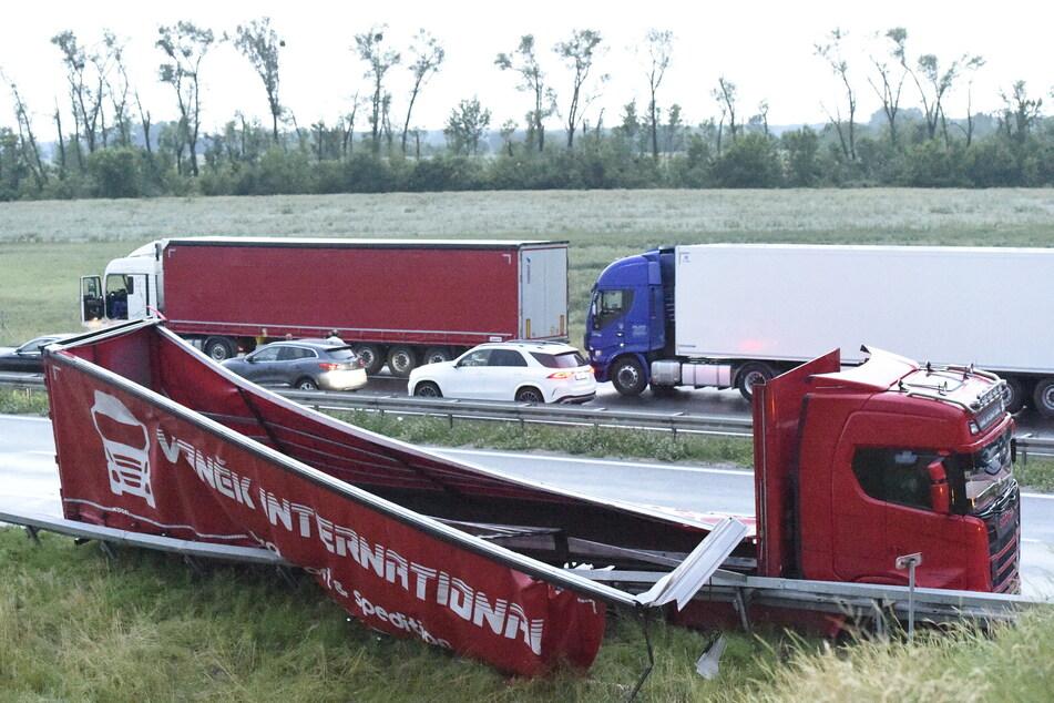 Ein beschädigter LKW-Anhänger auf der Autobahn D2 bei Breclav.