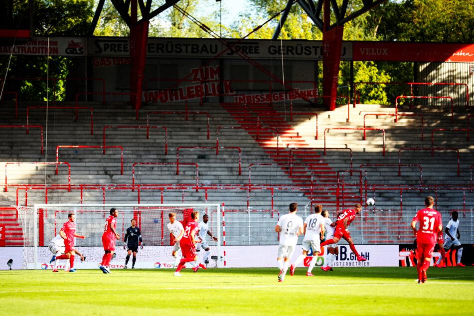 Da blutet das Fußballherz! Gähnend leere Ränge im Stadion An der Alten Försterei beim Spiel zwischen dem 1. FC Union Berlin und FC Bayern München.
