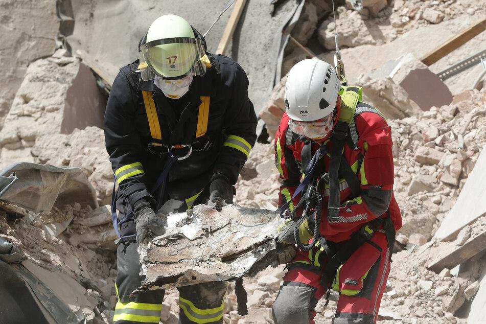 Nach Hauseinsturz in Düsseldorf: Feuerwehr holt Leichen aus Trümmern