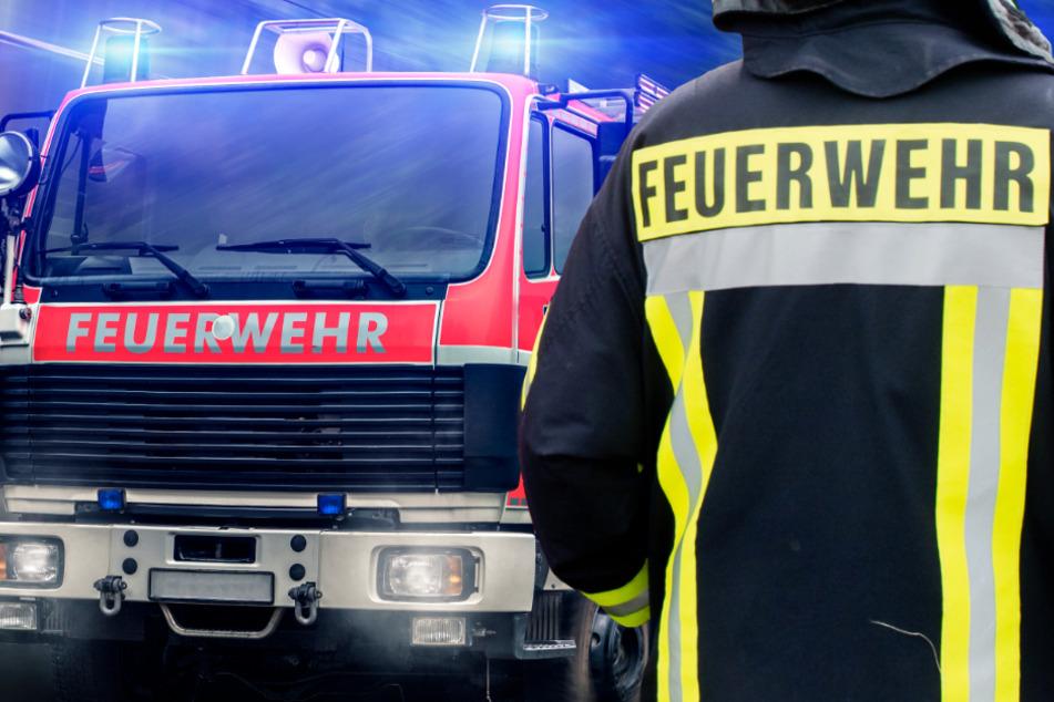 Die Einsatzkräfte der Feuerwehr brauchten rund eineinhalb Stunden um den Brand zu löschen (Symbolbild).