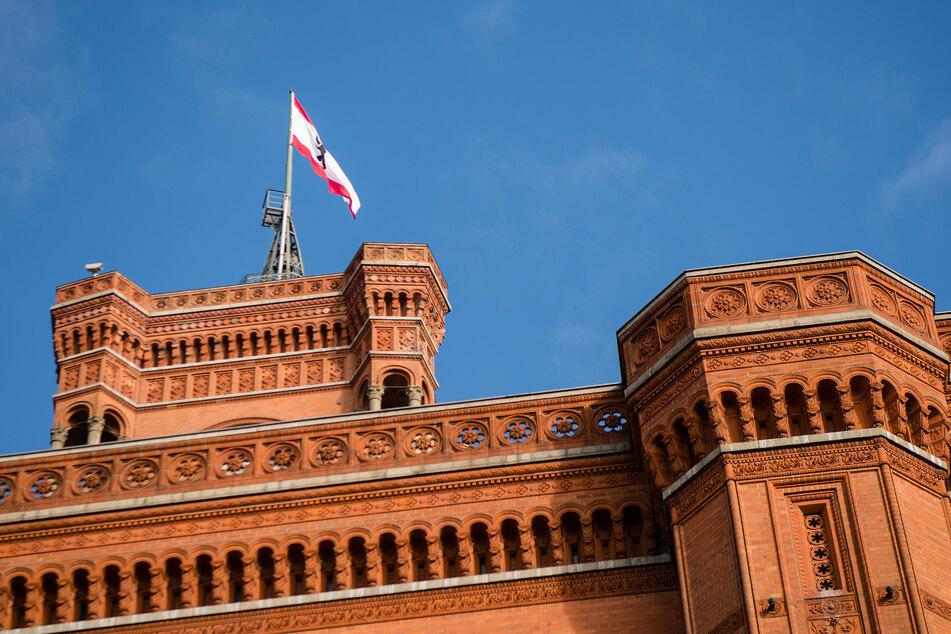 Eine Fahne mit dem Wappen von Berlin weht auf dem Roten Rathaus. Bei der Abgeordnetenhauswahl am 26.09.2021 geht es um die Nachfolge des Regierenden Bürgermeisters Michael Müller (56, SPD).