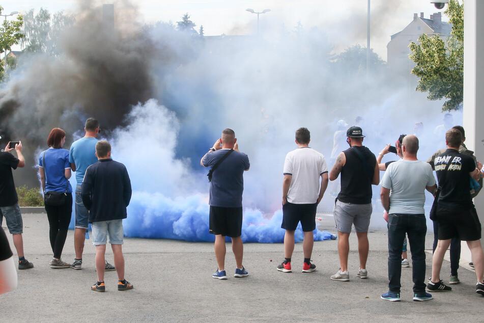 CFC-Fans zündeten vor dem Stadion Pyrotechnik.
