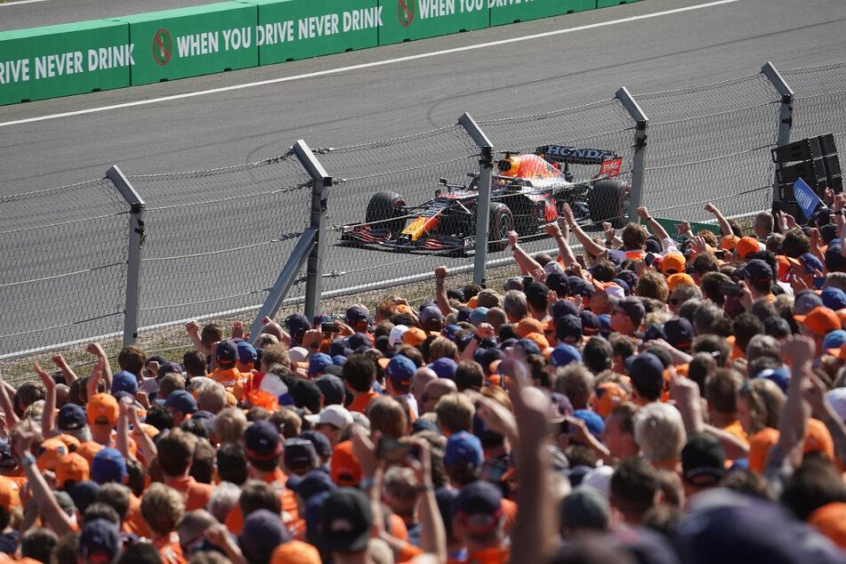Die Fans jubeln Max Verstappen vom Team Red Bull Racing Honda zu.