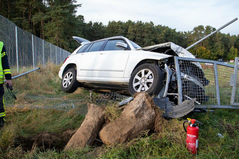 Frau kracht bei Sportplatz mit Auto in Zaun: Metallstange bohrt sich in die Fahrerseite