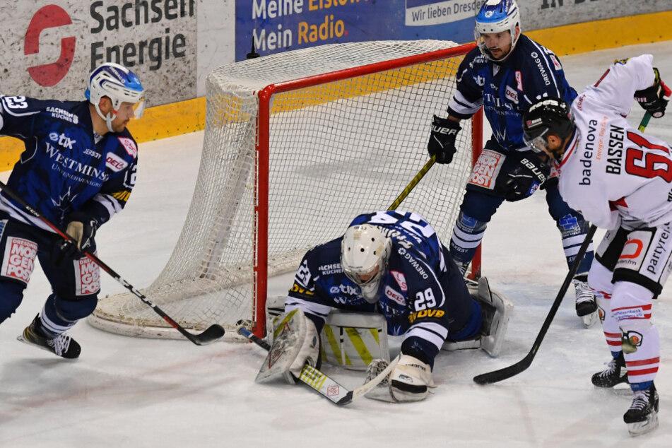 Dresdens Goalie Nick Vieregge sicherte hier die Scheibe mit der Fanghand. Bis auf einen Fehler machte er ein gutes Spiel.