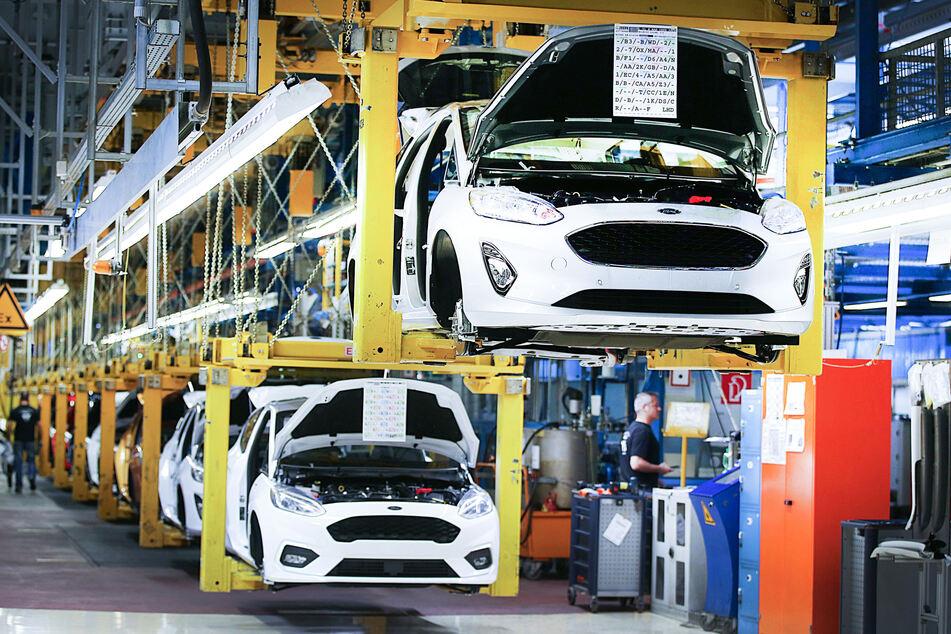 Köln: Fahrzeuge vom Typ Ford Fiesta fahren am Fließband durch die Werkhalle. (Aufnahme aus dem Jahr 2018)