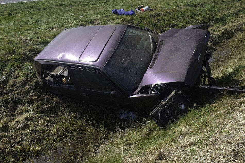 Schwerer Unfall: Auto überschlägt sich mehrfach und landet im Straßengraben