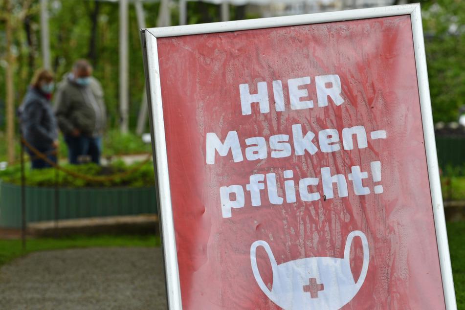 """""""Hier Maskenpflicht"""" steht auf dem Schild in einem kleinen Bereich auf dem Gelände der Bundesgartenschau im egapark in Erfurt. Die Corona-Inzidenz in Thüringen nähert sich dem Bundesdurchschnitt an."""