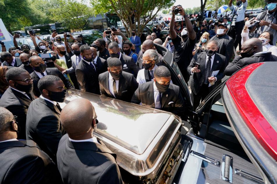 Bestatter schieben den Sarg von George Floyd nach der Trauerfeier in der Fountain of Praise Church in den Leichenwagen.