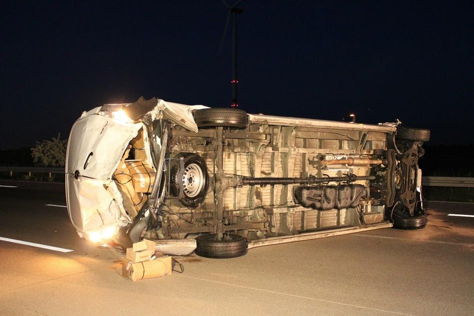 Heftiger Unfall auf A9: Kleintransporter kippt um und rutscht über Fahrbahn