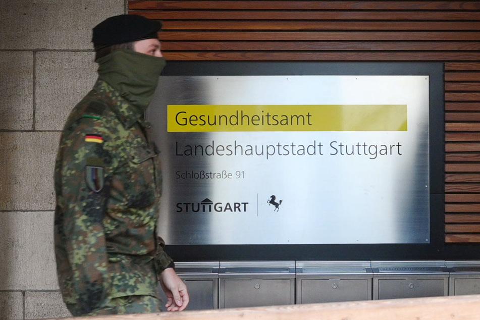 Ein Soldat vom Jägerbataillon in Donaueschingen (Schwarzwald-Baar-Kreis) geht zu einer Einweisung in das Gesundheitsamt Stuttgart.
