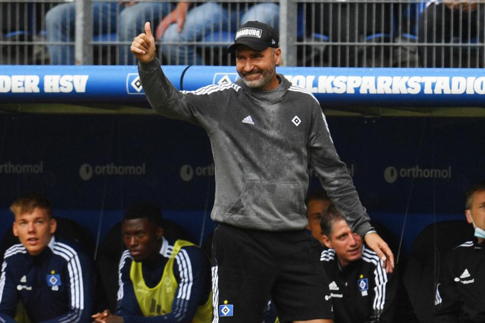 Daumen hoch: Anders als mit dem Remis war HSV-Coach Tim Walter (45) mit dem Einsatz seiner Mannschaft sehr wohl zufrieden.