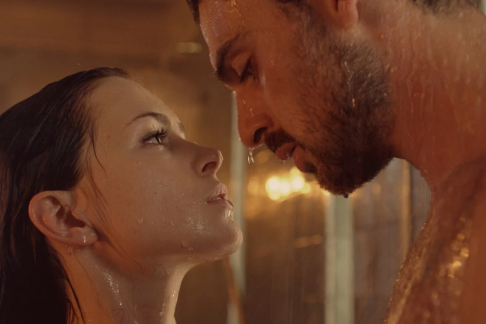 Egal ob in der Dusche, auf einer Yacht, oder im Bett - Laura (Anna Maria Sieklucka, 28) und Massimo (Michele Morrone, 29) treiben's wild.
