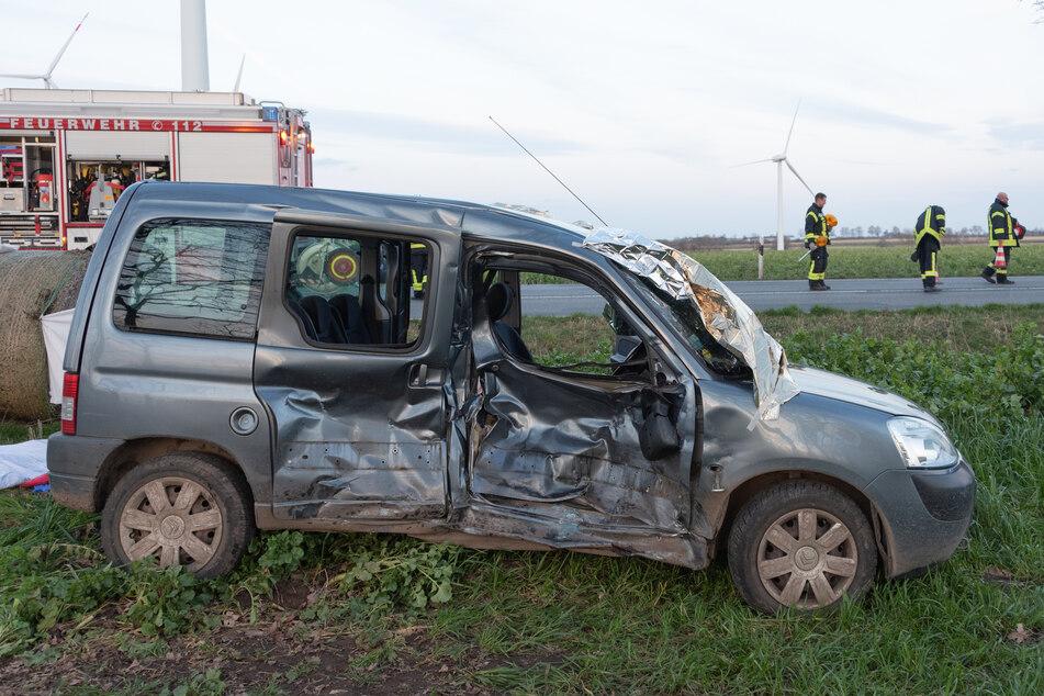 An dem Fahrzeug sind die Spuren des Aufpralls deutlich zu sehen.