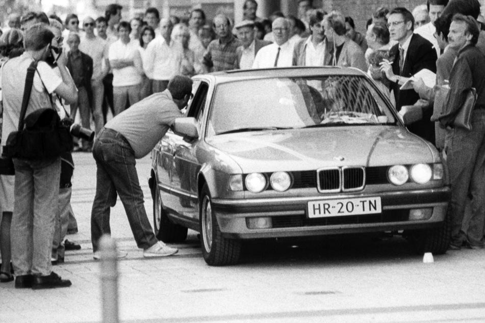 Der Wagen mit den Geiselnehmern von Gladbeck wird am 18.08.1988 in Köln von Journalisten umringt.