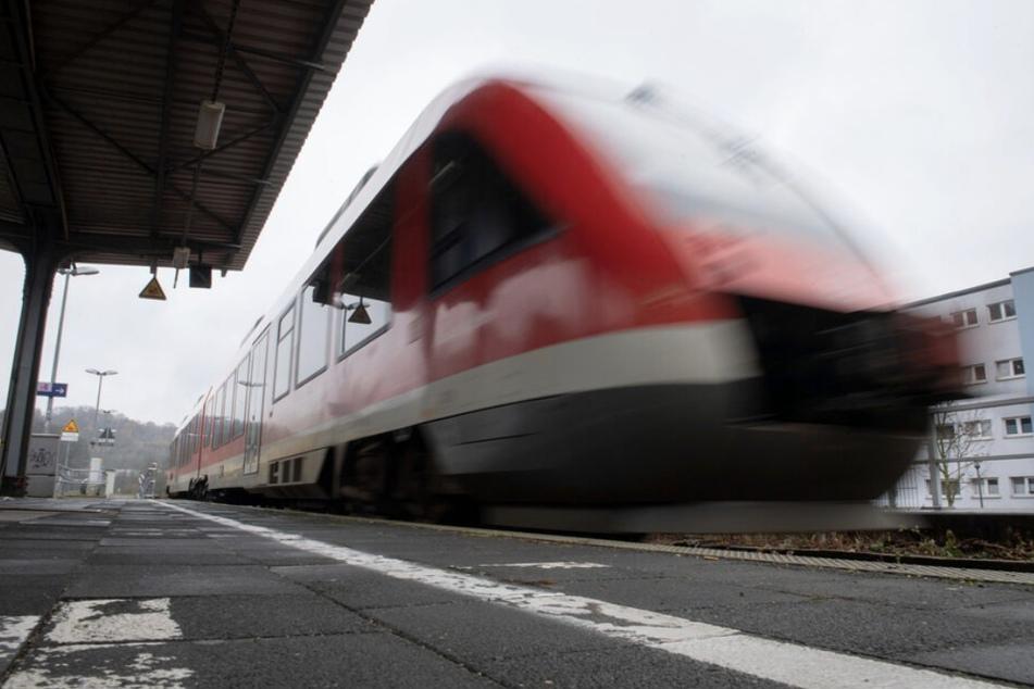 Fahrgast zeigt Frau in Regionalbahn seinen Penis und begrapscht sie