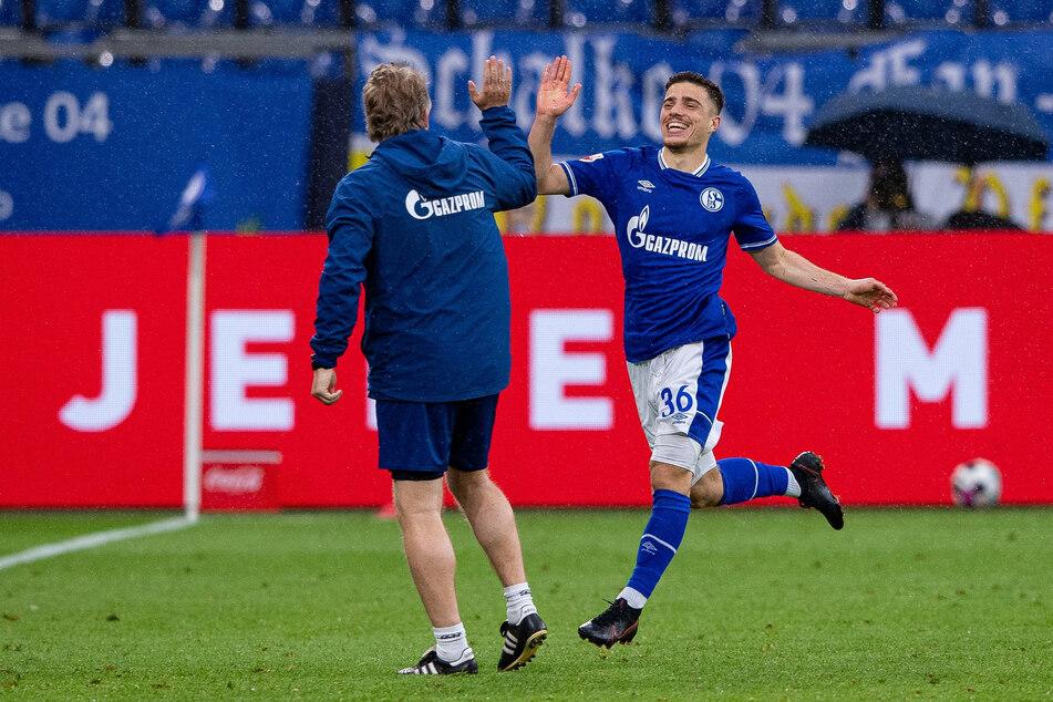 Blendi Idrizi (r.) vom FC Schalke 04 bejubelt seinen Treffer zum zwischenzeitlichen 2:2 gegen Eintracht Frankfurt.