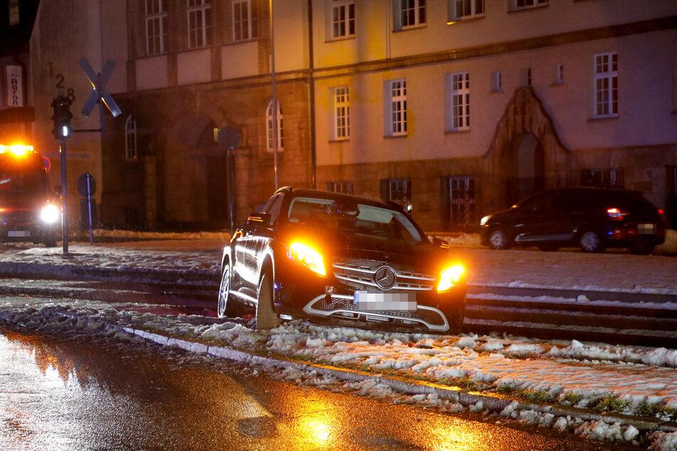 Ins Gleisbett gerutscht! Ein Mercedes sorgte am Dienstagabend in Chemnitz für Behinderungen im Straßenbahnverkehr.