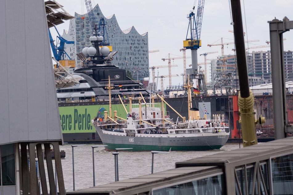 """Das Traditionsschiff """"MS Bleichen"""" fährt vor der Hamburger Elbphilharmonie im Hafen."""