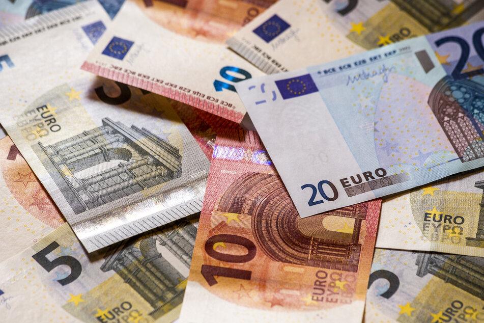 In dem Fach fand der 50-Jährige aus Kassel 5000 Euro in bar sowie ein Sparbuch mit einem Guthaben von über 17.000 Euro. (Symbolfoto)