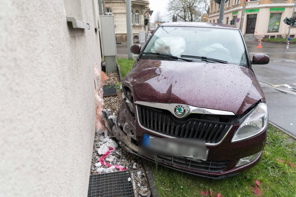 Auch dieser Skoda war in den Kreunzungs-Crash verwickelt. Das Fahrzeug knallte anschließend an eine Hauswand.