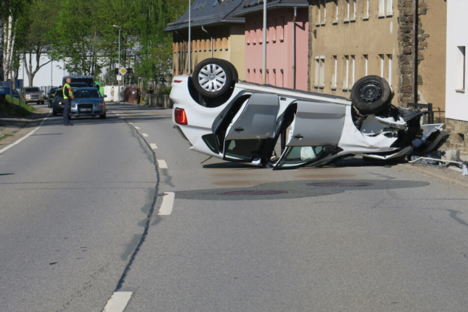 Erzgebirge: Auto landet auf dem Dach, Mutter und Kind verletzt
