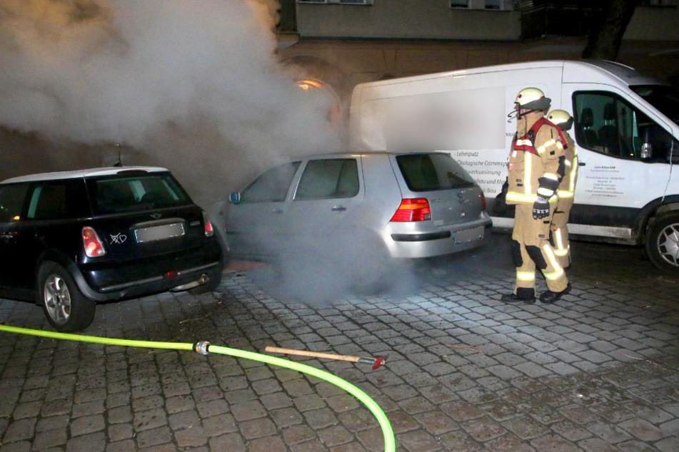 Ein Auto ist am frühen Donnerstagmorgen in Berlin-Neukölln in Brand geraten.