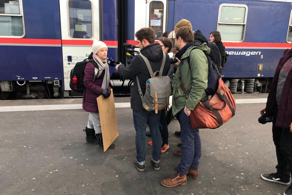 Die schwedische Klimaaktivistin Greta Thunberg (l.) trifft nach 65-stündiger Reise im Zürcher Hauptbahnhof ein.