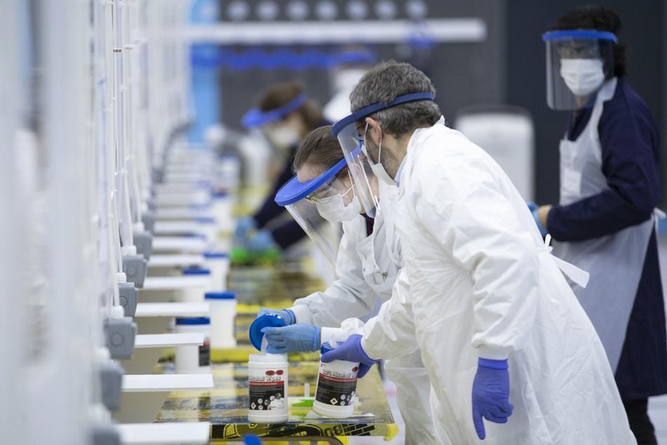 Medizinstudenten von der Universität St. Andrews arbeiten an einer Teststation für Corona-Massentests.