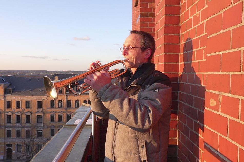 Der Kirchenmusiker Helmut Otte vom Posaunenchor der Kirchgemeinden Trinitatis und St. Markus musiziert mit der Trompete vom Balkon der Markuskirche auf dem Sonnenberg.