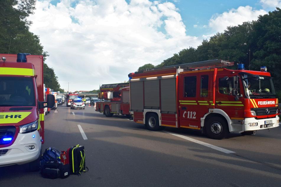 Zahlreiche Rettungskräfte stehen an der Unfallstelle auf der A96 bei München.